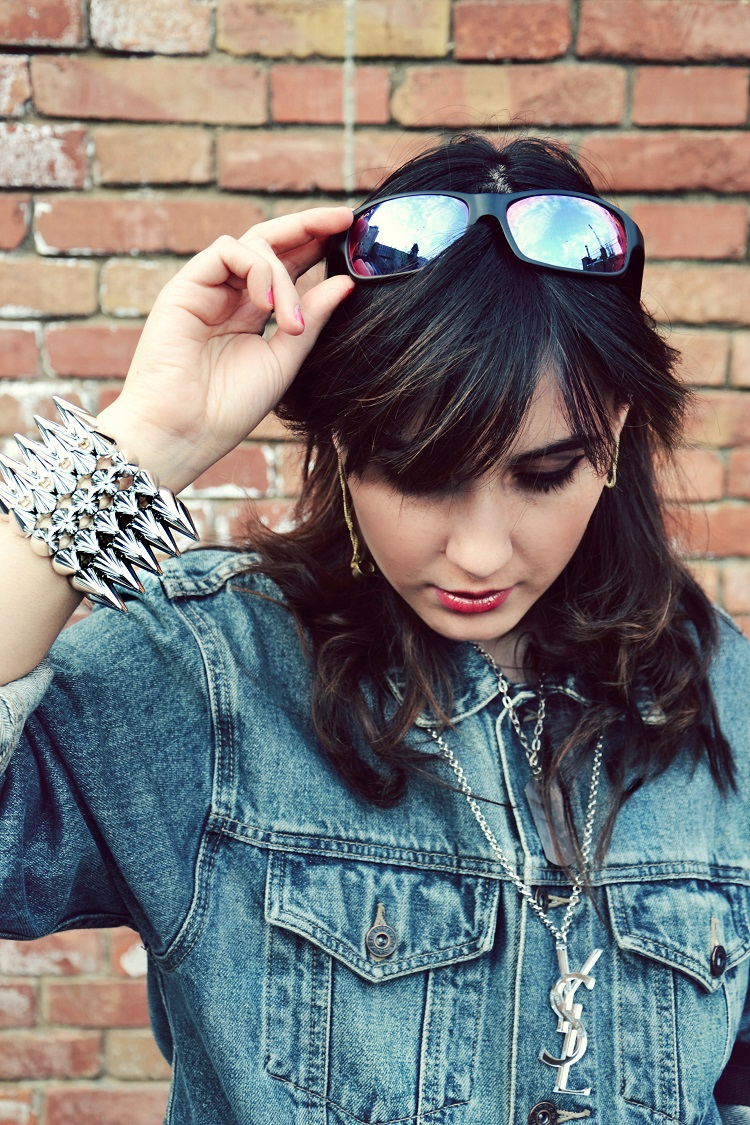 outfit, borchie, skulls, denim, giacche jeans, street style, fashion bloggers italiane, revo, occhiali specchiati