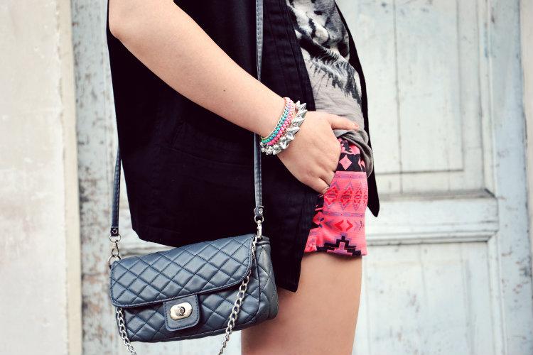 dettagli outfit, fashion blogger italiane, gilet, lita JC, navajo style, occhiali specchiati, occhiali tondi, outfit, shorts, stampa, tiger T-Shirt, tigre, Zara,